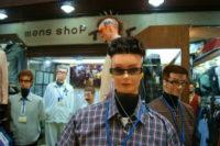 奇抜な髪型のマネキンが並ぶ紳士服店を訪ねた。