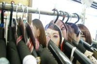 店内が女性の顔でいっぱいの婦人服店を訪ねた。