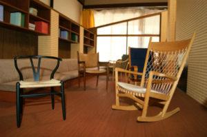 ミニチュアの椅子が130脚! 超絶技術の家具職人。