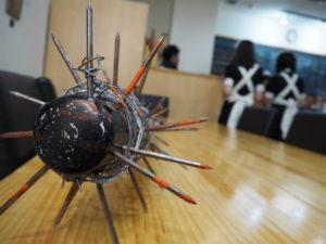 バットに釘を刺したアート「釘バット」を作る造形作家。